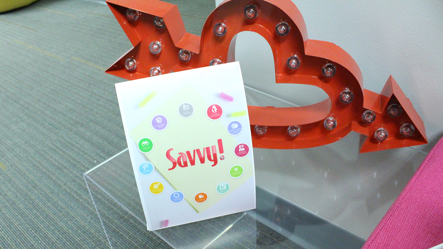 Savvy tabletop display sign
